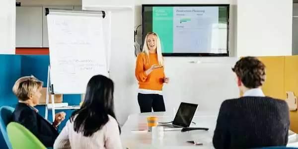 如何使用PowerPoint Designer创建专业设计的幻灯片演示文稿